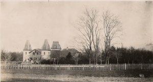 A kastély a legelő felől nézve